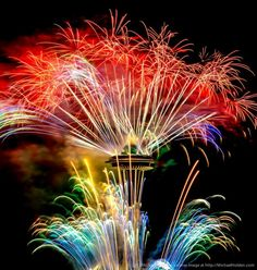 Exploding Fireworks Streak Atop Iconic Space Needle - My Modern Metropolis - Life with Alyda Firework Nail Art, Photographing Fireworks, Husky Colors, Rainbow Promise, Fireworks Photography, Fire Works, Modern Metropolis, Water Lighting, Sparklers