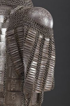 Mail-and-plate dizcek (cuisse or knee and thigh armor). Wikimedia commons.