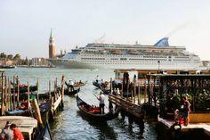 Udskældte. Krydstogtskibe kommer tæt på Venedig, men deres vibrationer og de bølger, de skaber, kan skade byens skrøbelige huse. Foto: Waltraud Grubitzsch/picture-alliance/dpa/AP Images Foto: Waltraud Grubitzsch