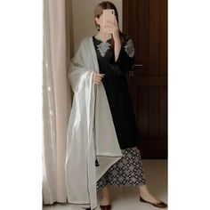 Stylish Dresses For Girls, Stylish Girls Photos, Stylish Girl Pic, Stylish Dp, Asian Bridal Dresses, Simple Pakistani Dresses, Girl Hand Pic, Cute Girl Pic, Girl Photo Poses