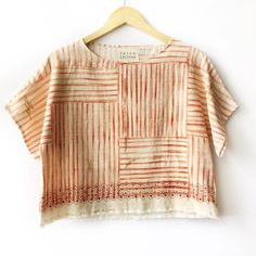 Gorgeous spring / summer top with beautiful pattern. Women's Summer Fashion, Slow Fashion, Blusas T Shirts, Mode Vintage, Get Dressed, Clothing Patterns, Diy Clothes, Blouse Designs, Cute Outfits