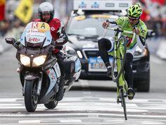 Der slowakische Radprofi Peter Sagan hat den Frühjahrsklassiker Gent-Wevelgem gewonnen. Bei der Zieleinfahrt lässt er sich eine kleine Showeinlage nicht entgehen. (Foto: Thierry Roge/dpa)