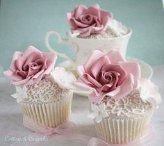 (via Cupcakes♥Mini cakes)  Düğün cup cake güllü beyaz dantel desenli