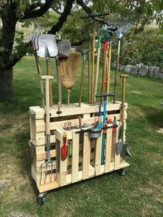 13 Creative Garden Tools Storage Ideas to Help You Organize Your Stuff – Don't let an avalanche of shovels and rakes happen to you! These genius garden tools storage bag – Garden Yard Ideas, Diy Garden, Garden Projects, Garden Art, Backyard Projects, Backyard Ideas, Garden Plants, Pallet Tool, Diy Pallet Projects