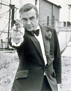 """Não é uma tarefa fácil ser James Bond. Há mais de meio século, o personagem de Ian Fleming transforma atores desconhecidos em rostos famosos e a superexposição acaba """"amaldiçoando"""" seus intérpretes."""