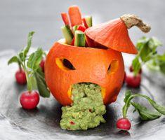 Vilket barn kan motstå en sjuk pumpa på Halloween? Ta en liten matpumpa, gröp ur den och skär ut ögon och mun. Fyll sedan med guacamole och låt den gröna smeten rinna ut genom pumpans mun. Grönsaksstavar av gurka, paprika och morot blir pumpans nyttiga frisyr.
