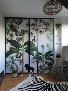 Zo gelukkig met het resultaat van onze zoon's jungle kamer. De lelijke schuifdeur kast hebben we behangen met canvas fotobehang van 'studio Onszelf Amsterdam'. Op de vloer ligt een zebra huid, rondom staan rotan manden, en aan het plafond hangt een rotan lamp van de kwantum..De te leuke paddestoelen hebben we bij toeval op de kop getikt op een Frans marktje in Leon Jungle Bedroom, Baby Bedroom, Nursery Room, Boy Room, Kids Bedroom, Bedroom Decor, Deco Jungle, Tropical Bedrooms, Kids Room Wallpaper