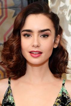 Vintage Hairstyles Curls Woah - Lily Collins looks exceptionally stunning with these shoulder-length, vintage-inspired curls. Shoulder Length Curls, Shoulder Hair, Lily Collins Pelo Corto, Wedding Hair And Makeup, Hair Makeup, Glam Makeup, Vintage Hairstyles, Wedding Hairstyles, Lily Collins Hair