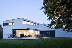 Innovativ und entspannt: Dieses moderne Einfamilienhaus stellt die Natur auf vielfältige Weise in den Mittelpunkt.