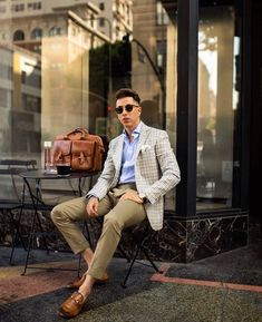 In summer I always opt for clothing that's both lightweight and breathable. Linen/Silk blends are my favorite as they don't wrinkle as much… Mens Fashion Blog, Suit Fashion, Fashion Design, Grown Man, Dapper Men, Business Casual Outfits, Work Looks, Sport Coat, Well Dressed