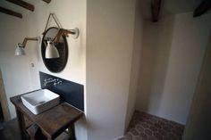 Salle de bain - Dordogne - Béton ciré - Douche à l italienne - Tomettes - Miroir maison du monde - Maison en pierre