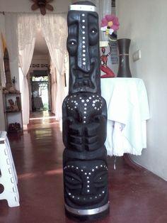 Escultura en Madera Gran Tótem con incrustaciones en acero inoxidable. Biker, Boots, Repurposed Wood, Stainless Steel, Sculptures, Crotch Boots, Heeled Boots, Shoe Boot