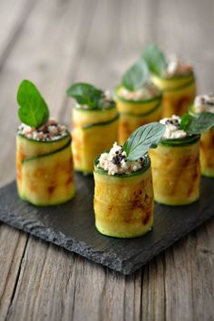Zucchini Rolls with Cottage Cheese & Tuna - Best finger food list Gourmet Recipes, Appetizer Recipes, Cooking Recipes, Dinner Recipes, Zucchini Rolls, Plat Vegan, Snacks Für Party, Food Decoration, Mini Foods