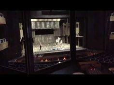 ROMEO UND JULIA  Backstage in den Tagen vor der Premiere Teil 1  Unsere wunderbare Praktikantin Meike Hettwer hat in den letzten Tagen verschiedene Bühnenproben von ROMEO UND JULIA filmisch begleitet. Seit der technischen Einrichtung steht uns das Original Bühnenbild zur Verfügung die Tänzer/innen proben jedoch noch ohne Kostüm. Hier einige Eindrücke wie es bei uns so hinter den Kulissen abläuft  Ein Blick aus der Tonkabine auf die Bühne  (Hilfe soooo viele Knöpfe und Schalter ) Mehr…
