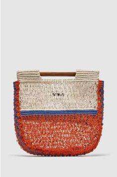 Bolso red con asa de madera, de Zara