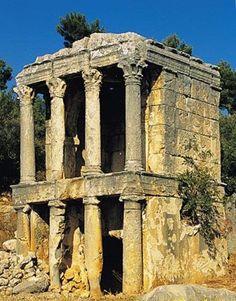 Mezgit Kalesi, Silifke - Mersin. Bu kral mezarına Silifke yöre halkı Mezgit Kalesi adını vermiştir. Bu civarda sadece Mezgit Kalesi değil birçok sarnıç, adam kayalar, anıt mezarlar da bulunmaktadır.