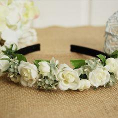Dieser traumhafte Blumenkranz veredelt jede Brautfrisur. Als romantischer Haarschmuck macht er sich nicht nur bei der Hochzeit gut! - Jetzt nachsehen bei weddix.de