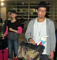 2012-11-01 男性警備員らにガードされ空港を移動する浅田と高橋