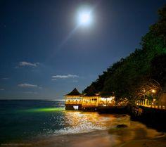 Restaurant sur pilotis de l'hôtel Couples Tower Isle, d'Ocho Rios, en Jamaïque.