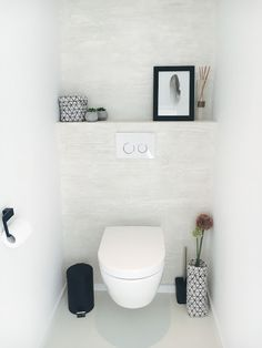 Erik Van Looy heeft dan toch gelijk gekregen: het is gebeurd… Ik ben lid gewo… Toilet Room Decor, Small Toilet Room, Toilet Decoration, Guest Toilet, Downstairs Toilet, Modern Small Bathrooms, Bathroom Design Small, Laundry Room Bathroom, Toilet Design