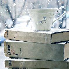 Stapeltje boeken met een heerlijk kopje thee by brocantepost