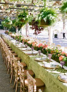 Decoração de casamento - mesa comunitária - arranjo plantado e aéreos - verde