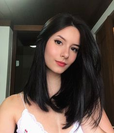 If you want to try black long straight hair, you can look at our picture album. You will marvel at the unique beauty of long straight black hair. Medium Hair Cuts, Medium Hair Styles, Short Hair Styles, Medium Black Hairstyles, Long Straight Black Hair, Short Black Hair, Straight Wigs, Haircuts Straight Hair, Hair Highlights