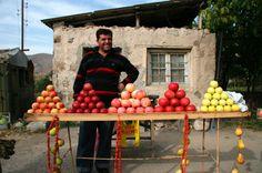 Obstverkäufer an der Straße: Die Armenier sind wie ihre kaukasischen Nachbarn in Georgien für ihre Gastfreundlichkeit bekannt.