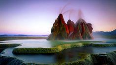 Fly Geyser, Nevada (Estados Unidos) Essa beleza colorida foi criada acidentalmente depois da perfuração de um poço, em 1916, fazendo com que a água aquecida subterrânea encontrasse seu caminho para a superfície. Infelizmente, está dentro de uma propriedade privada, tornando seu acesso mais difícil.