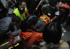 台湾・台北(Taipei)の行政院(内閣)庁舎で、負傷者を搬出する救急隊(2014年3月24日撮影)。(c)AFP/Mandy Cheng ▼25Mar2014AFP|【写真特集】台湾警察、対中協定反対派を強制排除 http://www.afpbb.com/articles/-/3010935