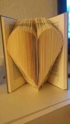 Herz aus Buch gefaltet