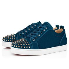 The Louis Junior Spikes Orlato low sneaker is an iconic Maison Christian Louboutin shoe and revisits the graphic codes of the tennis world. Set on a white rubber sole, its eternally elegant upper is accentuated at the front by signature metallic spikes. It comes dressed in a plain dynamic blue veau velours and is highlighted by grosgrain borders around the heel cap and the facing. Tennis World, Red Sole, Christian Louboutin Shoes, Spikes, Grosgrain, Online Boutiques, Casual Shoes, Men's Shoes, High Top Sneakers