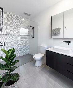 44 creative tiny house bathroom remodel ideas to make it look larger 27 - Großes Bad - Bathroom Decor Ensuite Bathrooms, Tiny House Bathroom, Bathroom Renos, Bathroom Renovations, Master Bathroom, Bathroom Showers, Small Bathrooms, Small Bathroom With Bath, Light Grey Bathrooms