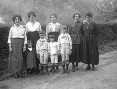 Photo de famille sans homme, pendant la Première Guerre Mondiale, J.B. Boudeau, vers 1916- Bfm Limoges : http://boudeau.bm-limoges.fr