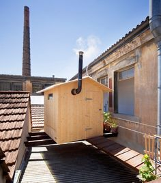 rooftop sauna in geneva, by bureau a+ jérémie gindre just in time for the winter months, swiss practice bureau a and swiss artist jérémie gindre have conceived and installed a sauna amidst the rooftops of geneva, switzerland carnet de notes 170 Diy Sauna, Outdoor Sauna, Outdoor Decor, Architecture Design, Sauna House, Summer Cabins, Roof Deck, Living Room Colors, Fresco