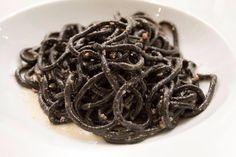 spaghetto nero con teste di calamari