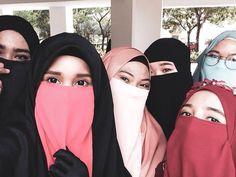 Jadi saling mengingatkan dan menasehati adalah anjuran dalam islam, bersyukurlah kalau ada yg menasehati, artinya ia masih peduli ;) Hijab Niqab, Ootd Hijab, Niqab Fashion, Hijabi Girl, Muslim Girls, Girls Dp, Modest Outfits, Art Girl, Oriental
