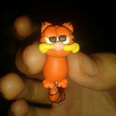 Pendientes Garfield.el cuerpo queda por detrás.