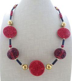 Collana con lacca rossa, corallo e pietra blu, gioielli orientali, bijoux artigianali      Collana ispirata ai bijoux orientali con lacca rossa scolpita, corallo rosso, pietra - 18864898