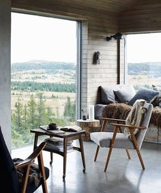 hygge window seat // my scandinavian home: A magical Norwegian mountain cabin Scandinavian Interior Design, Scandinavian Home, Home Interior Design, Chalet Interior, Slow Design, Deco Design, Concrete Floors, Cozy House, Interior Inspiration