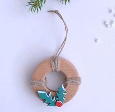 Nouvelle collection 2016 Il est de tradition d'accrocher une couronne de Noël à sa porte....et pourquoi pas de petites couronnes dans le sapin!!! L'attache est en ficelle de ch - 19198928
