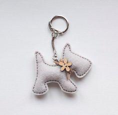 Kleinen Hund mit einem hölzernen Blume-Button - Schlüsselanhänger Anhänger