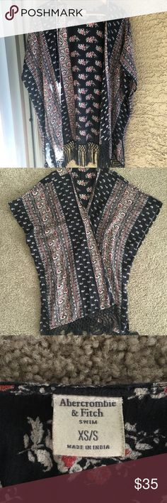 Abercrombie Printed Kimono XS/S EUC Abercrombie & Fitch Kimono. Black with Print. Tassels on bottom. Size XS/S. Also great as a beach coverup. Abercrombie & Fitch Tops Blouses