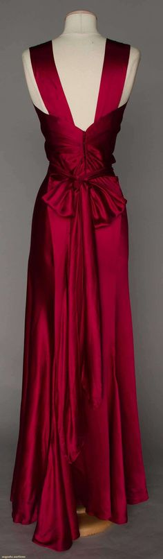 Raspberry bias cut silk evening gown - Love the back detail Vintage Outfits, Vintage Gowns, Vintage Mode, Vintage Hats, Vintage Clothing, Vintage Glamour, Beautiful Gowns, Beautiful Outfits, 1930s Fashion