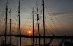 Wunderschöner Abend in Harlingen bei unserem Plattboderntörn im August 2017 Sailing Ships, Utility Pole, Boat, Nice Asses, Dinghy, Boats, Sailboat, Tall Ships, Ship