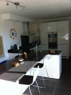 Strakke keuken in Son. Met natuursteen tafel op werkblad hoogte.
