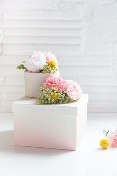 These DIY fresh flower gift boxes knock out three Mother's Day birds with one stone! Tip: fill them with flowers, handmade, and chocolate. Wrapping Gift, Creative Gift Wrapping, Creative Gifts, Unique Gifts, Pretty Packaging, Gift Packaging, Diy Mothers Day Gifts, Diy Gifts, Happy Mothers