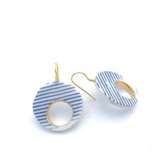 White- Blue- Gold Porcelain Earrings, Round Earrings, Gold Plater Sterling Silver, Handmade Porcelain Jewellery, Made in The NetherlandsThe earring fitting is Silver 925/- gold plated (we only use real silver)Size Porcelain Circle: diameter 2.5 cm, thickness 2.5 mm, inner circle 1.4 cm diameterTotal size from earhole: 3.5 cmMaterials: Mont Blanc Porcelain inlayed with Delft Blue Porcelain, Gold Luster, Gold plated Sterling Silver 925/------------- Contemporary Hand...