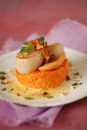 Noix de coquille Saint-Jacques Label rouge à la plancha, pulpe de potimarron, girolles, noisettes éclatées - une recette Entre amis - Cuisine