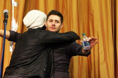 awww HUGGING ♥◡♥ Jensen Ackles & Jared Padalecki at Houston Con 2015 #houscon #Supernatural #Jensen #Jared